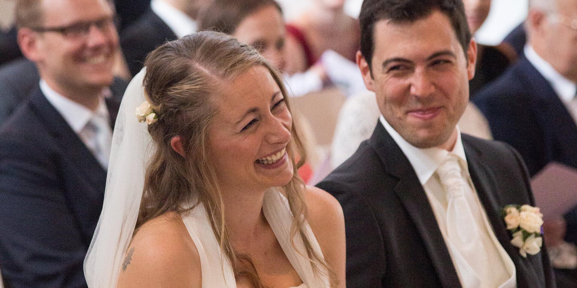 Ein Paar lächelt auf seiner kirchlichen Trauung