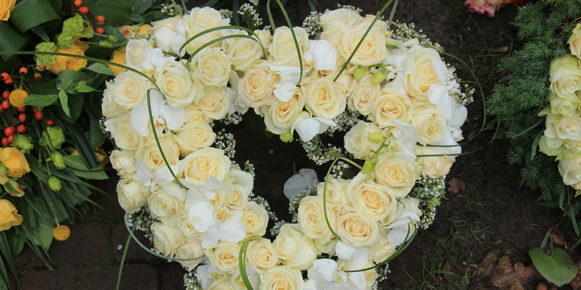 Herzförmischer Blumenkranz,© iStock-studioportosabbia