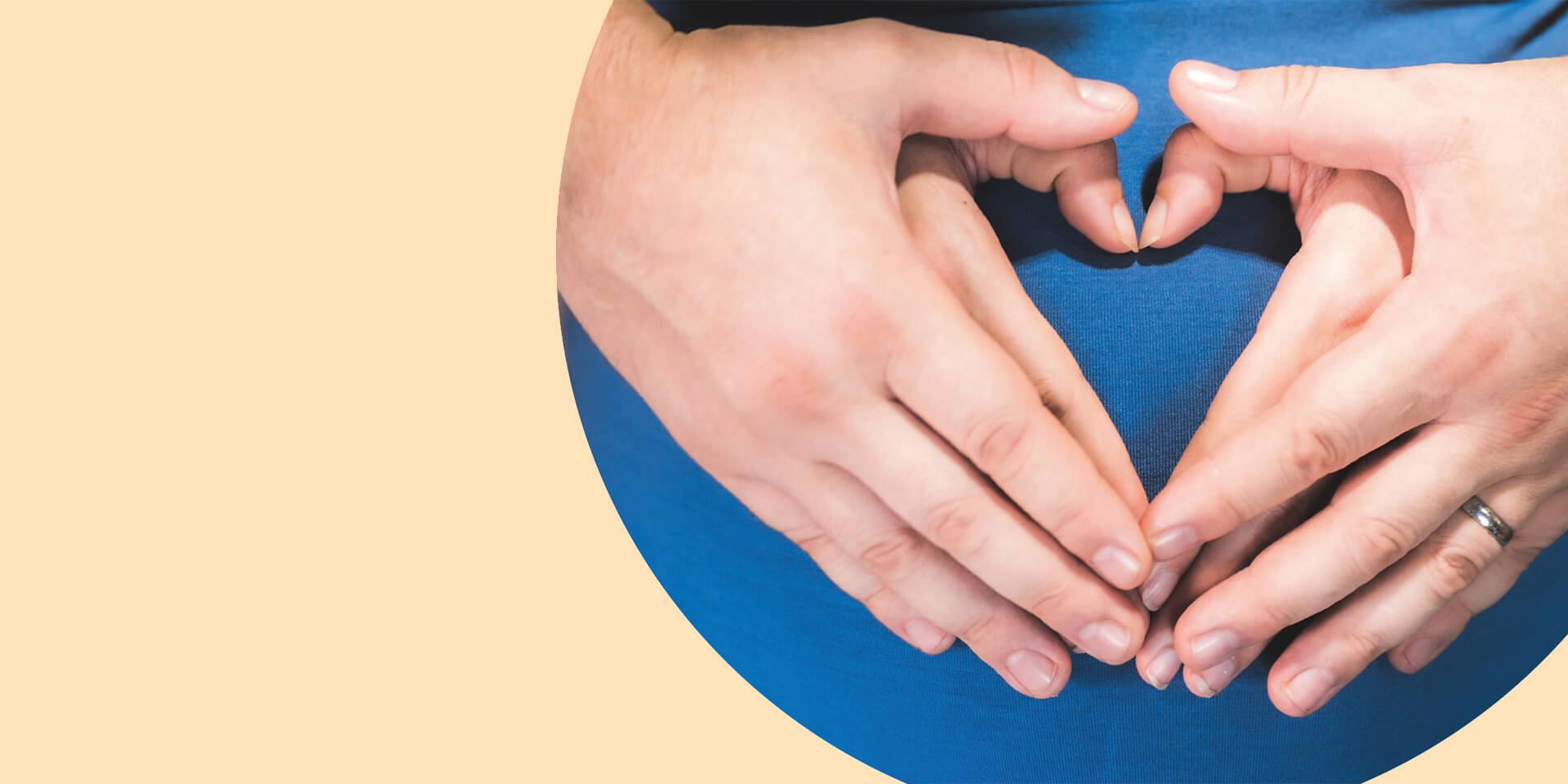 Zwei Paar Hände vor einem schwangeren Bauch , © Servicestelle Segen